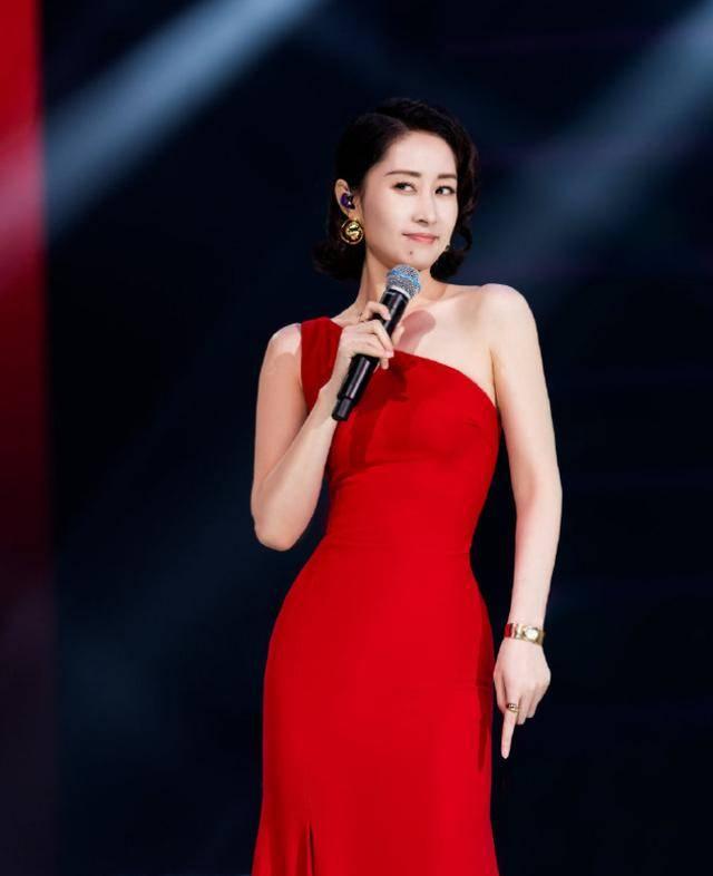 一模一樣!謝娜劉敏濤同臺唱《紅色高跟鞋》,表情神同步