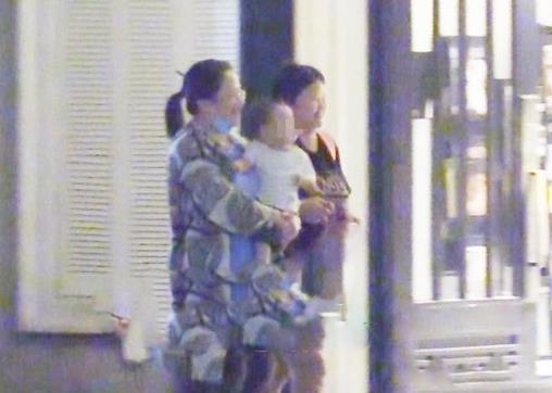 赵丽颖带儿子现身与好友聚餐,宝宝正脸照首曝光像妈妈