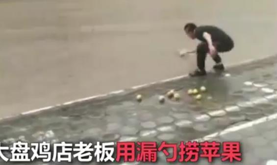 暴雨中男子用漏勺帮捞苹果网友:捞出了比赛的气势.jpg