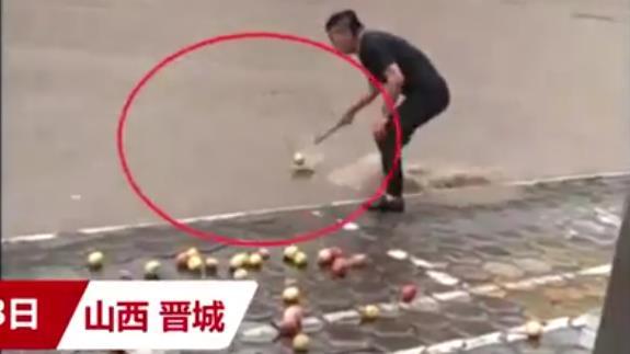 暴雨中男子用漏勺帮捞苹果 网友:捞出了比赛的气势.jpg