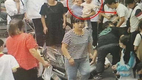 【赞】奶爸医生为救人将孩子塞路人 事后未留姓名悄悄离开 (1).jpg