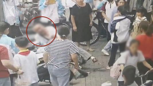 【赞】奶爸医生为救人将孩子塞路人 事后未留姓名悄悄离开 (2).jpg