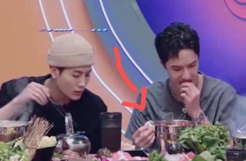 【搞笑】王嘉尔第一次吃糖蒜的表情 这是什么综艺节目
