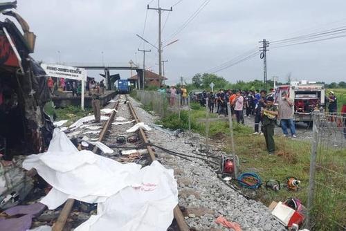 【突发】泰国一列火车与巴士相撞 伤亡情况怎么样了 (2).jpg