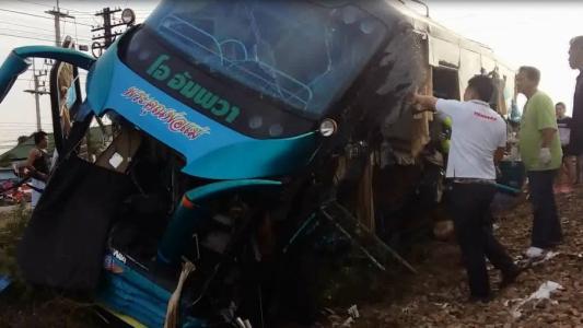 【突发】泰国一列火车与巴士相撞 伤亡情况怎么样了 (1).jpg