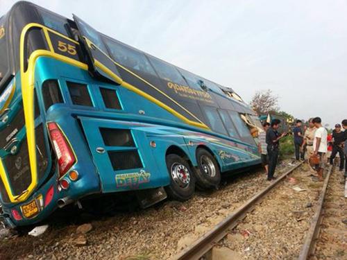 【突发】泰国一列火车与巴士相撞 伤亡情况怎么样了 (3).jpg