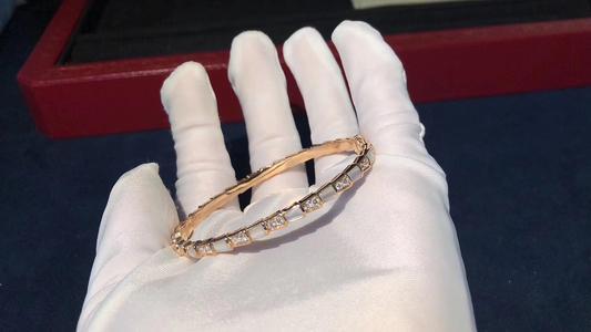 宝格丽蛇形手镯是什么材质 官方指导价格是多少